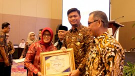 Berkomitmen Sukseskan Program KKBPK, Bupati Gowa Raih Penghargaan