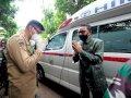 Gubernur Sulsel Serahkan Ambulance dan APD ke Pemkab Gowa