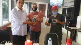 Owner Warkop Bundu Bagi Masker Gratis ke Pengunjung