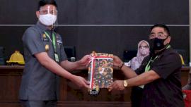 Bupati Adnan Serahkan Ranperda Wajib Masker dan Penerapan Protokol Kesehatan