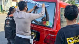 Kampanye Protkes, Satlantas Polres Gowa Pasang Stiker Edukasi ke Mobil Angkot