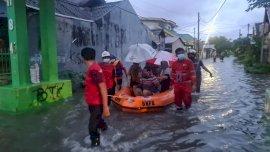 Tim Tagana Dinsos Evakuasi Warga Terdampak Banjir di Gowa