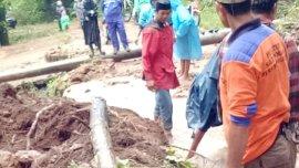 Warga dan Polisi Bersihkan Longsor dan Pohon Tumbang diJl Poros Taipakkodong, Tompobulu