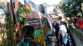 Kebakaran di Jalan Matahari, Damkar Gowa Turunkan 2 Armada
