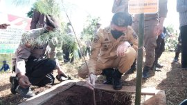 Tanam Pohon di HUT Bhayangkara ke-75, Bupati Gowa: Upaya Jaga Kelestarian Hutan